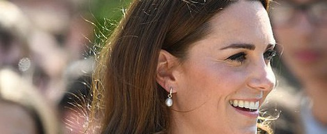 Sau tin đồn khóc trong nhà tắm 1 tiếng, Công nương Kate gây choáng khi lộ đôi chân thon thả trong chiếc váy xẻ táo bạo và phản ứng đầy bất ngờ của người dùng mạng