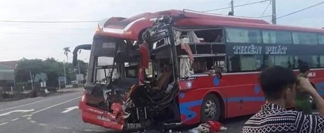 Hai xe khách giường nằm tông nhau, bảy người bị thương