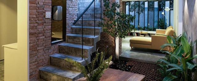 Ngôi nhà tọa lạc tại góc khuất trong con hẻm nhỏ đẹp ấn tượng với điểm nhấn từ gạch trần và cây xanh ở quận Phú Nhuận, TP. HCM