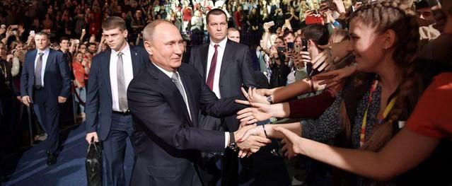 Đang họp với Putin, nữ sinh viên bất ngờ ngất xỉu