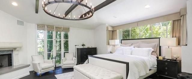 Những ô cửa kính lớn khiến phòng ngủ của nữ ca sĩ chỉ cao thước rưỡi bừng sáng