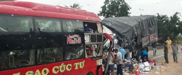 Xe khách đối đầu xe tải trên quốc lộ 1A, 2 tài xế tử vong, nhiều người bị thương