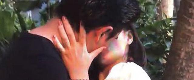 Thu Quỳnh run khi hôn cuồng nhiệt Tuấn Tú trong 'Về nhà đi con ngoại truyện'
