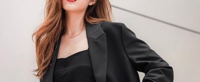 Để diện blazer sexy mà không bị dừ, chị em nên sắm ngay crop top hoặc áo lót thật xịn