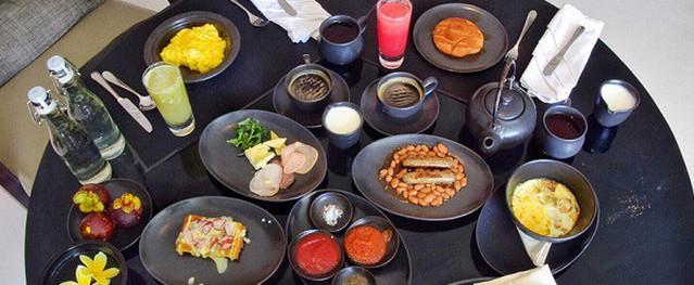 Vì sao khách sạn thường phục vụ bữa sáng miễn phí?