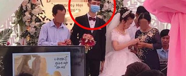 Bức cảnh cưới gây sốt: Chú rể mang khẩu trang khi làm lễ