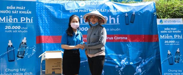 Thế Giới Điện Giải phát miễn phí 20.000 bình xịt diệt khuẩn phòng dịch Corona