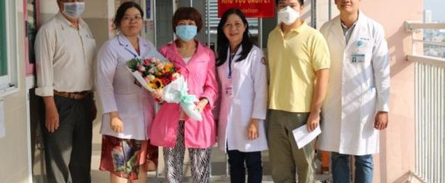 Chàng trai Trung Quốc được chữa khỏi nCoV ở TP.HCM đón mẹ ra viện