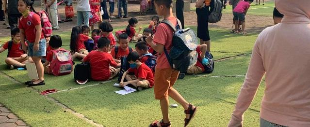 """Hà Nội: Phụ huynh phẫn nộ vì nhà trường để học sinh """"phơi nắng"""" chờ cha mẹ đón"""