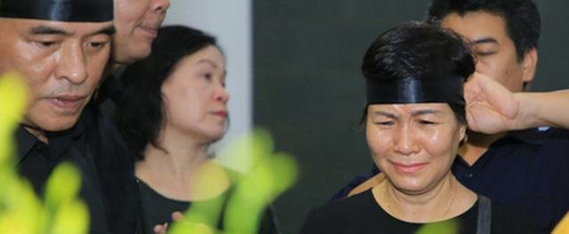 Con gái đầu của NSƯT Hoàng Yến không thể về chịu tang, phải gọi Facetime khóc mẹ