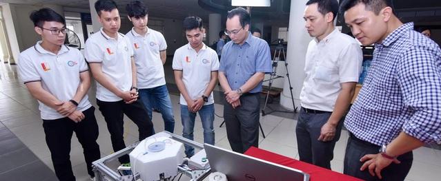 Sinh viên Bách Khoa chế tạo robot tự động diệt cỏ 200 m2/giờ