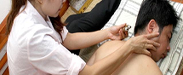 Thực hư chữa đau cột sống bằng điếu ngải, cao khoai sọ