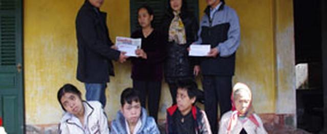 13 triệu đồng và áo phao chống rét đã đến với gia đình đau khổ nơi xóm núi