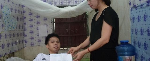 Ấm lòng cậu sinh viên tàn tật khi nhận quà từ Quỹ Vòng tay nhân ái