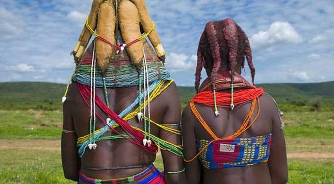 Kỳ lạ bộ lạc đổi vợ lấy bò, bện tóc bằng phân