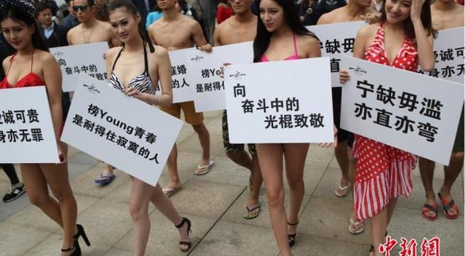 """""""Nam thanh nữ tú"""" diện bikini xuống phố tuần hành ngày độc thân"""