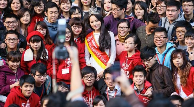 Hoa hậu Kỳ Duyên gây náo loạn khi về ĐH Ngoại Thương
