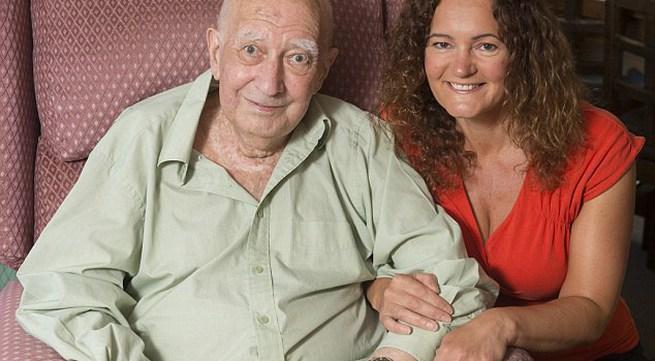 """Rơi nước mắt câu chuyện """"cô bé thùng rác"""" tìm được cha ruột mình sau 40 năm"""
