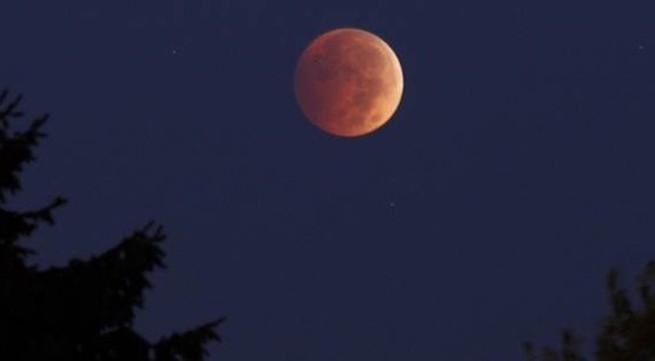 """Cận cảnh """"trăng máu"""" trên khắp thế giới"""