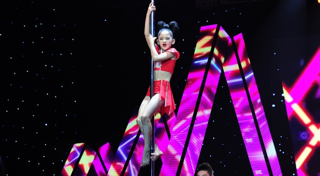 Bước nhảy Hoàn vũ nhí: Chạnh lòng xem trẻ... múa cột
