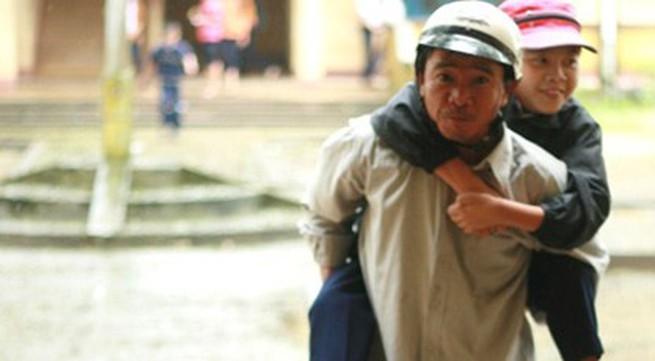 Người cha đằng đẵng 6 năm liền cõng con đến trường