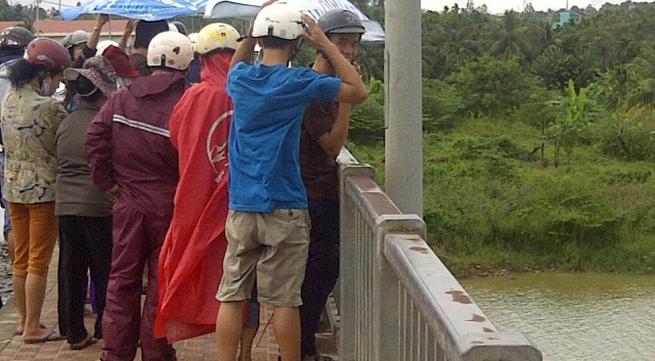 Nam thanh niên nhảy cầu Đỏ tự tử