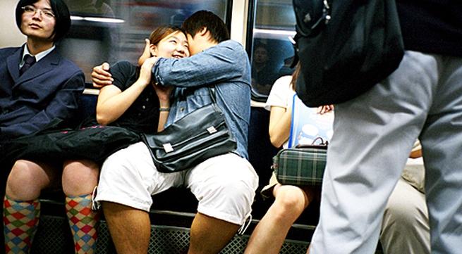 9 điều đôi lứa không nên làm ở nơi công cộng