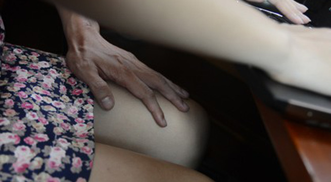 Trêu ghẹo, ôm vai bá cổ đồng nghiệp nữ có gọi là quấy rối tình dục?