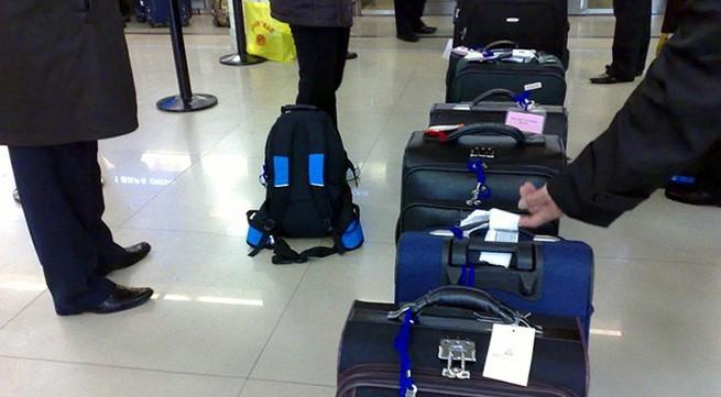 Mẹ giấu con 2 tháng tuổi trong hành lý xách tay lên máy bay