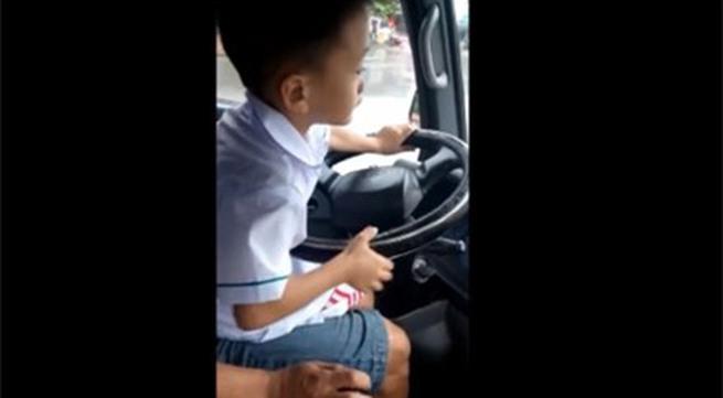 Rợn gáy cảnh bé trai lái ô tô chạy băng băng trên đường