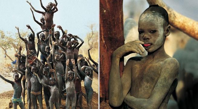 Cuộc sống nguyên thủy của bộ tộc khỏa thân lạ nhất thế giới