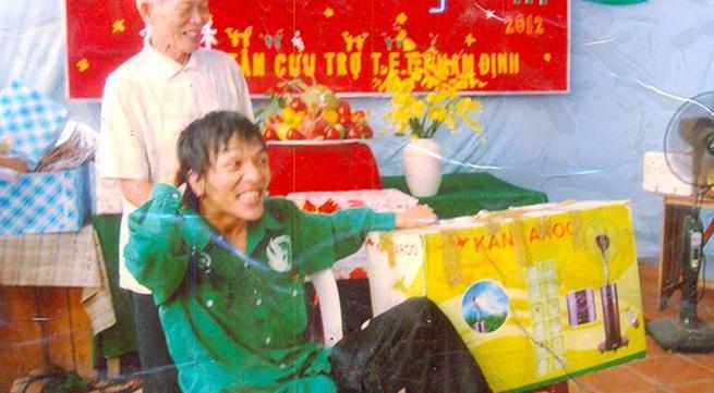 Chàng trai bại liệt làm cái bang để lấy tiền giúp đỡ những mảnh đời bất hạnh