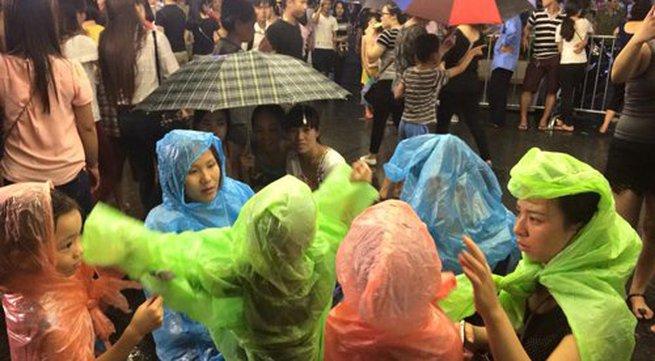 Người dân Thủ đô đội mưa xem pháo hoa mừng Quốc khánh