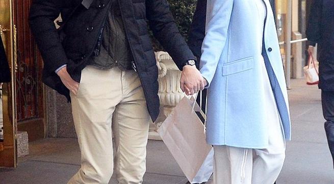 Ivanka Trump nở nụ cười đẹp rạng rỡ, tay trong tay cùng chồng trên phố