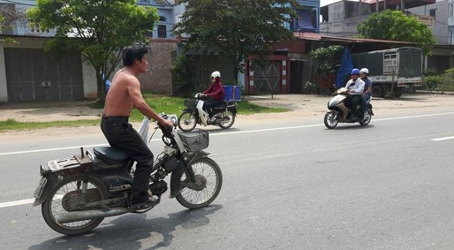 """Hà Nội: Kinh hoàng chứng kiến """"soái ca"""" cởi trần đứng lái xe máy"""