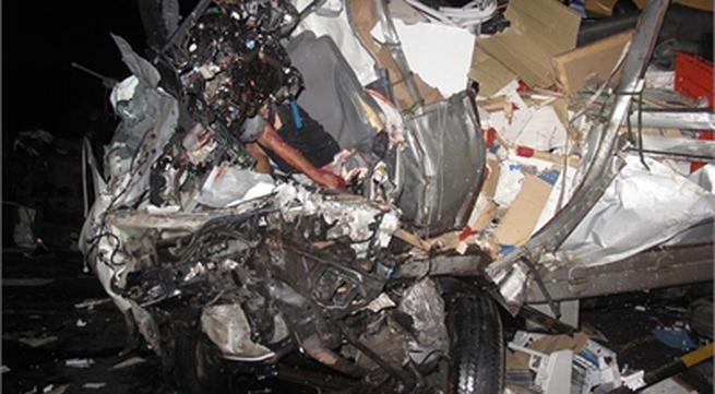 Xe ô tô đối đầu kinh hoàng, 3 người thiệt mạng