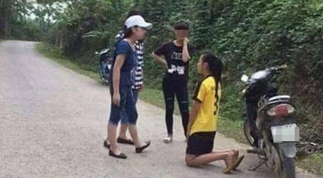 Nữ sinh lớp 9 bắt bạn quỳ xuống xin lỗi