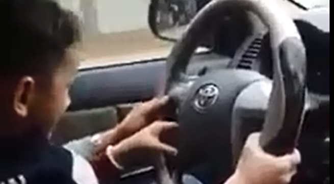 Ông bố cho con trai 3 tuổi lái xe sẽ bị xử lý thế nào?