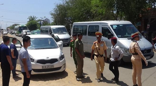 Du khách Trung Quốc lao ôtô vào nhóm cảnh sát giao thông
