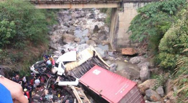 Xe container mất lái, lao qua cầu rồi rơi xuống suối