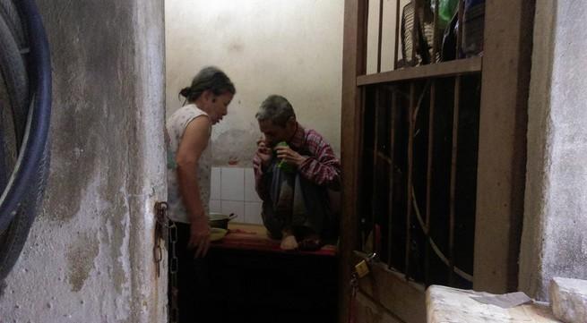 Cuộc sống của cụ bà gần 90 tuổi không đêm nào được yên giấc bởi tiếng gọi của con trai