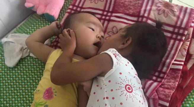 Xót xa em bé bụ bẫm, đáng yêu nhưng không thể ngóc được cổ lên