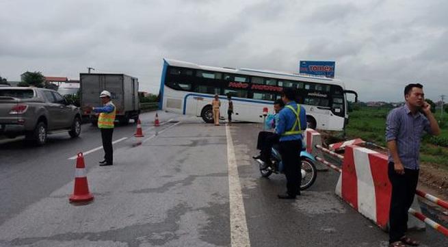 Mưa lớn, xe khách và xe tải mất lái va quệt mạnh trên cao tốc Pháp Vân – Cầu Giẽ