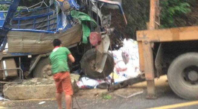 Xe chở cám đâm vào vách núi khiến 2 người tử vong