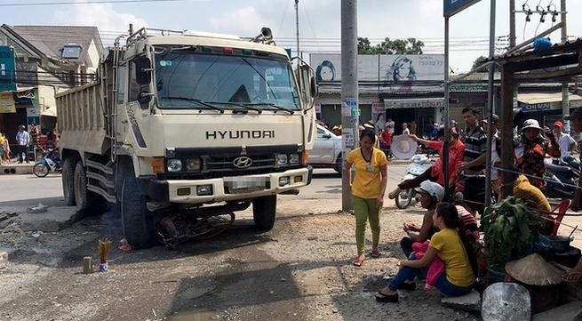 Con gái gào khóc thảm thiết bên thi thể mẹ bị xe ben cán tử vong khi đi chợ