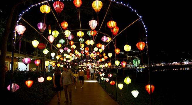 Đắm chìm trong không gian đầy màu sắc của hàng nghìn chiếc đèn lồng giữa Thủ đô