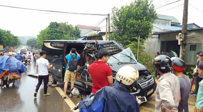 Hòa Bình: Xe Limousine 16 chỗ nát bét sau khi đâm vào đuôi xe tải đang đỗ ven đường, 1 phụ nữ bị thương nặng