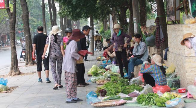 """Chiến dịch """"đòi"""" vỉa hè ở Hà Nội """"lung lay"""" vì chợ cóc, quán trà đá"""