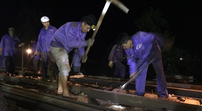 Hình ảnh trắng đêm cứu hộ tàu hỏa Bắc Nam gặp nạn ở Huế