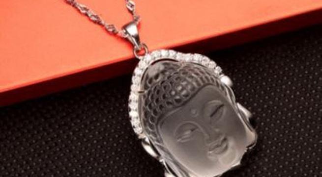 Có nên đeo nhẫn vòng có mặt Phật, treo ảnh Phật để trang trí nhà cửa ?
